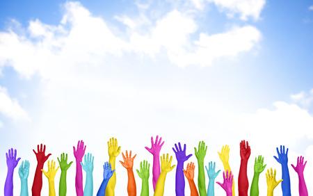 manos levantadas al cielo: Manos levantadas coloridas con el cielo azul