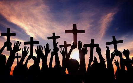 familia en la iglesia: Grupo de personas Holding Cruz y Oraci�n en Contraluz