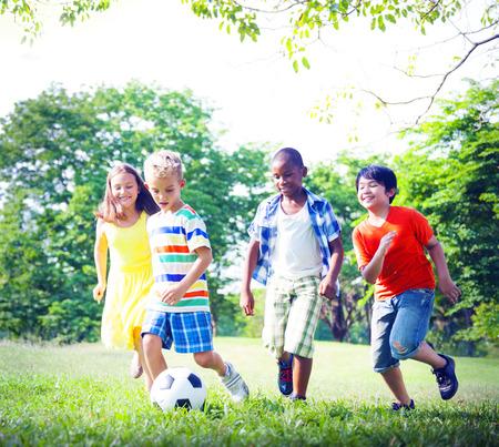 Gruppe der Kinder spielen Fußball Konzept