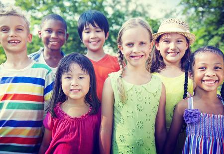 diversidad: Grupo de ni�os Concepto sonrientes