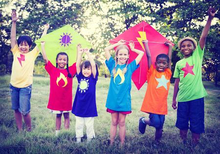 kinderen: Spelende kinderen Kite Geluk Bonding Vriendschap Concept Stockfoto