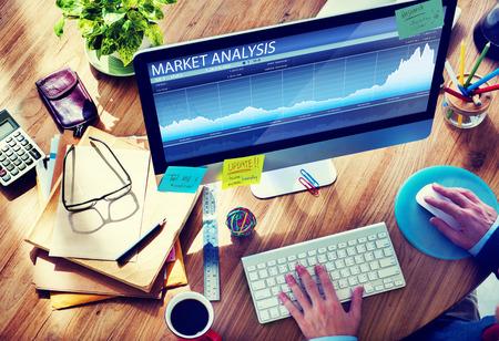 Man analyse van de markt op computer Stockfoto