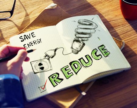 energy saving: El hombre de negocios lluvia de ideas sobre la conservación de energía Foto de archivo