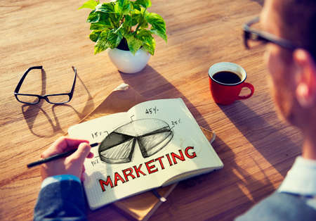 estrategia: Hombre con una nota y Marketing Concept