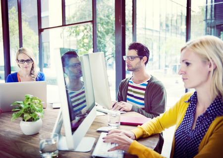 trabajando en computadora: Casual Hombres de negocios que trabajan en la oficina