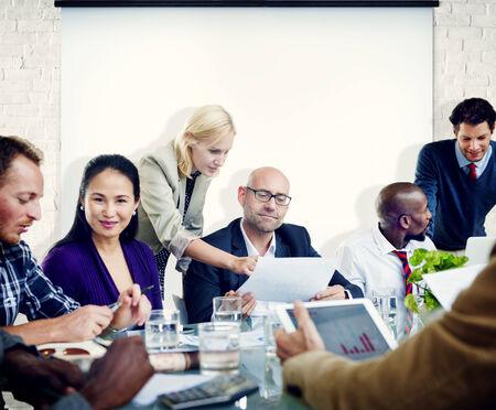 Un groupe de gens de réunion avec écran de projection
