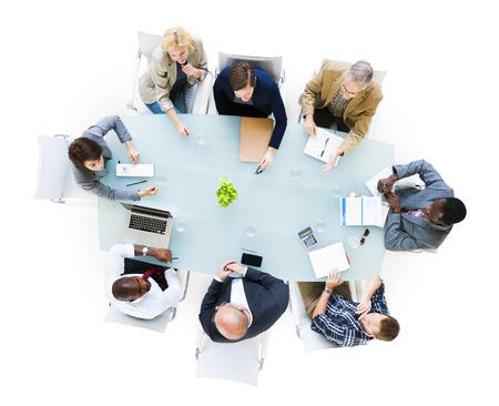 reuniones empresariales: Grupo de personas de negocios alrededor del Mesa negociadora que tienen una reuni�n Foto de archivo