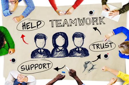 reunion de trabajo: Grupo multi�tnico de Planificaci�n Popular y conceptos de trabajo en equipo Foto de archivo