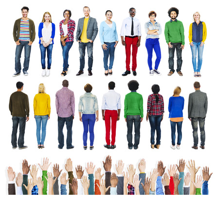 personas de pie: Grupo de personas diversas que se colocan con manos humanas