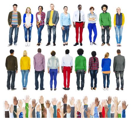 menschen unterwegs: Gruppe verschiedene Leute stehen mit menschlichen Händen
