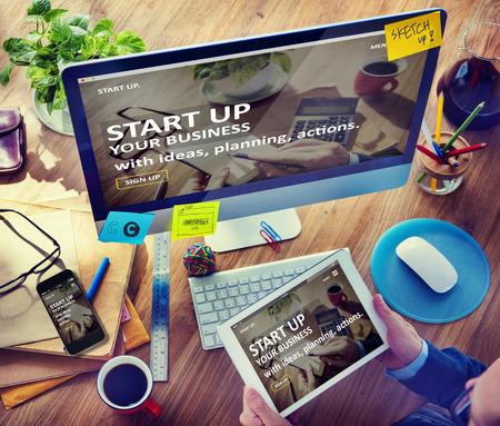 oficina desordenada: Hombre Planificaci�n y puesta en marcha de negocios con ordenador Foto de archivo