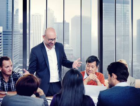 lider: Diversas personas de negocios en una reuni�n