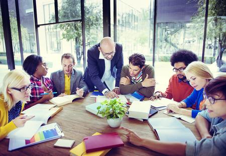 Diverse Studenten Studeren met hun Professor