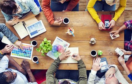 team working: Gruppo di Multiethnic Designers Brainstorming
