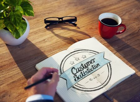 satisfaction client: Businessman Writing the Words Customer Satisfaction Banque d'images