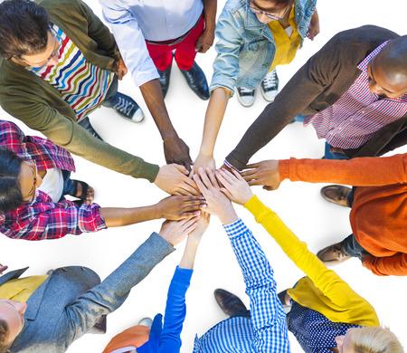 trabajo en equipo: Grupo de Multi�tnico gente diversa Trabajo en equipo