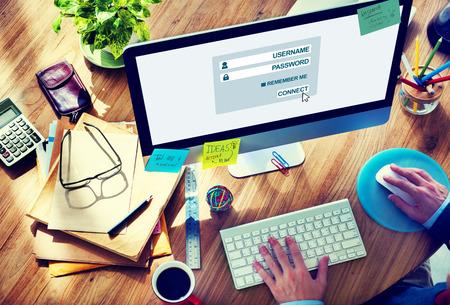 accessibilit�: Uomo che lavora al computer con Accessibility Concetto