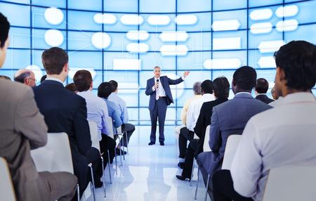 hablar en publico: Gran grupo de personas en la presentación de negocios. Foto de archivo