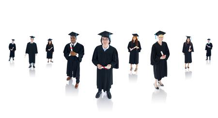 graduacion de universidad: Grupo de estudiantes que se gradúan con éxito multiétnicas. Foto de archivo