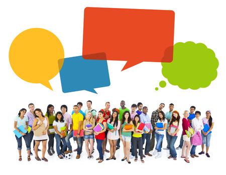 jovenes estudiantes: Estudiantes alegres multi�tnico con burbujas de discurso