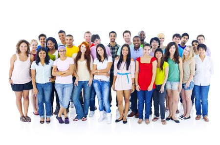persona de pie: Gran grupo de personas