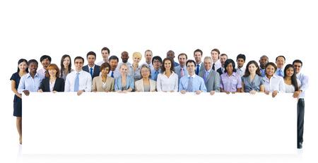 基板を保持しているビジネス人々 の大規模なグループ