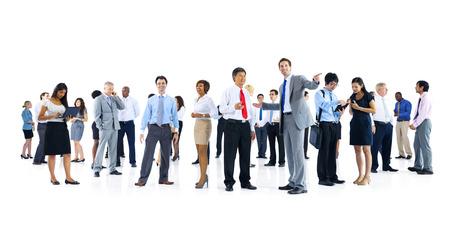 personas platicando: Grupo grande de hombres de negocios que habla Foto de archivo