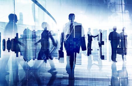 Silhouettes de gens d'affaires dans un immeuble de bureaux Banque d'images - 35340037