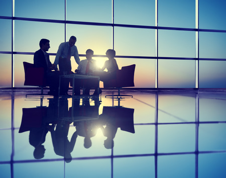 Gruppe Geschäftsleute, die Treffen in Gegenlicht Standard-Bild