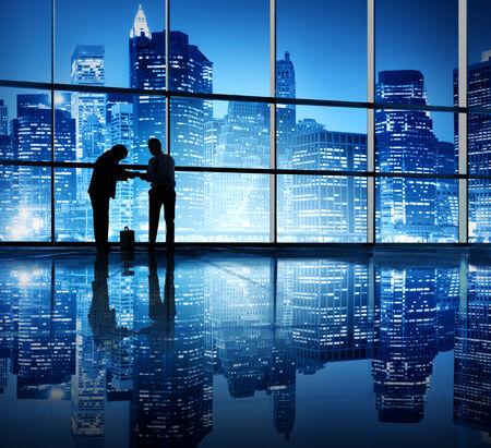 etiquette voyage: Deux hommes d'affaires liaison dans un immeuble de bureaux.