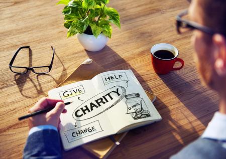 メモにパッドと慈善の概念を持つ男