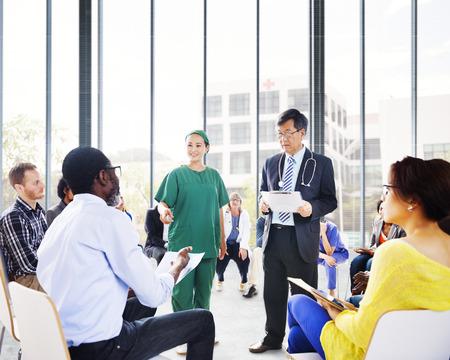 grupo de mdicos: Gente Diversos Escuchando la presentaci�n del Doctor