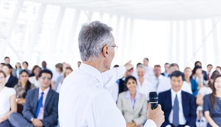 liderazgo: Hombre de negocios l�der de la formaci�n de las otras personas de negocios