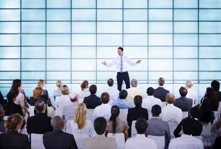the speaker: Hombre de negocios dando presentaci�n a sus colegas Foto de archivo