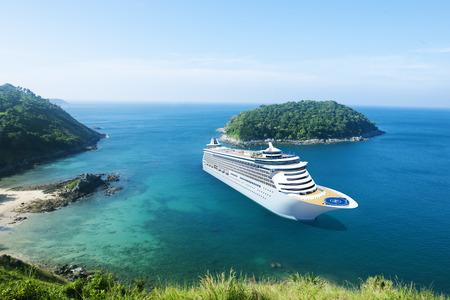 Kreuzfahrtschiff im Ozean mit blauem Himmel Standard-Bild