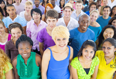 gente feliz: Multitud multiétnico