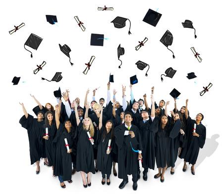 gorros de graduacion: Graduados lanzando sus gorras graducation.