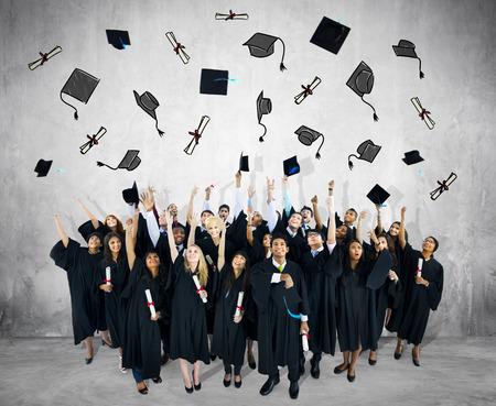 Grupo diverso de personas y conceptos de Graduación