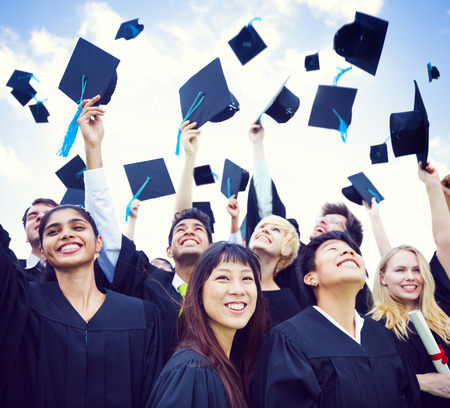gorros de graduacion: Casquillos de la graduación lanzados en el aire