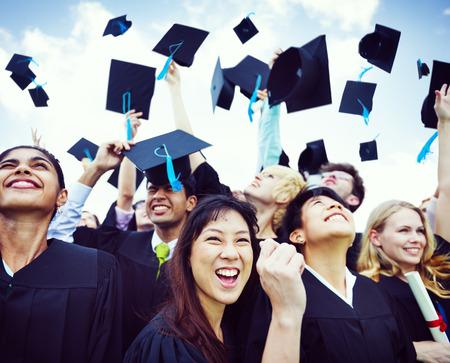Afstuderen Caps in de lucht gegooid Stockfoto