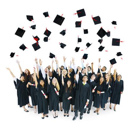birrete de graduacion: Casquillos de la graduaci�n lanzados en el aire