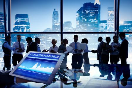 bolsa de valores: Silueta de grupo de hombres de negocios Discusión Bolsa