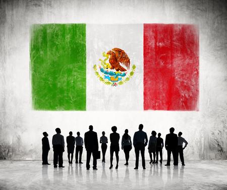 bandera de mexico: Siluetas de hombres de negocios buscando la bandera mexicana Foto de archivo