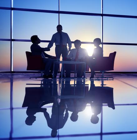 menschen unterwegs: Gruppe Geschäftsleute, die Treffen in Gegenlicht