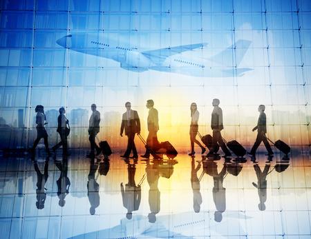 空港で歩くビジネス旅行者のグループ