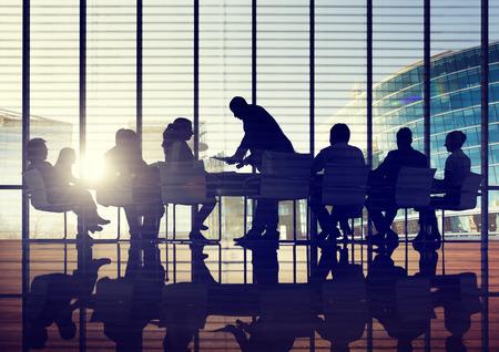 点灯しているビジネス人々 議論景観会議コンセプトをバックアップします。