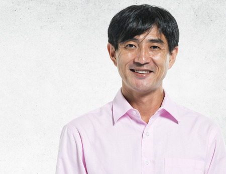 아시아 남자 초상화 콘크리트 벽 배경 개념