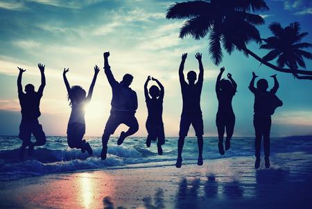 excitment: Gente joven que salta con entusiasmo en la playa