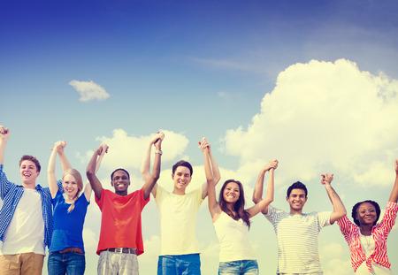 manos levantadas al cielo: Grupo de amigos al aire libre Celebraci�n Ganar Victoria Diversi�n Concept Foto de archivo