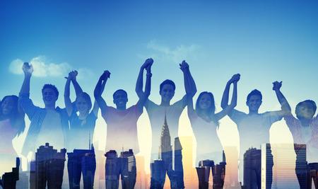 다양성 캐주얼 청소년 팀 성공 승리 개념 스톡 콘텐츠